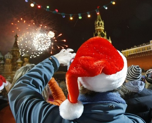 A Russian girl takes photos of fireworks during New Year's Day celebrations in the Red Square in Moscow January 1, 2010. REUTERS/Denis Sinyakov (RUSSIA - Tags: SOCIETY)