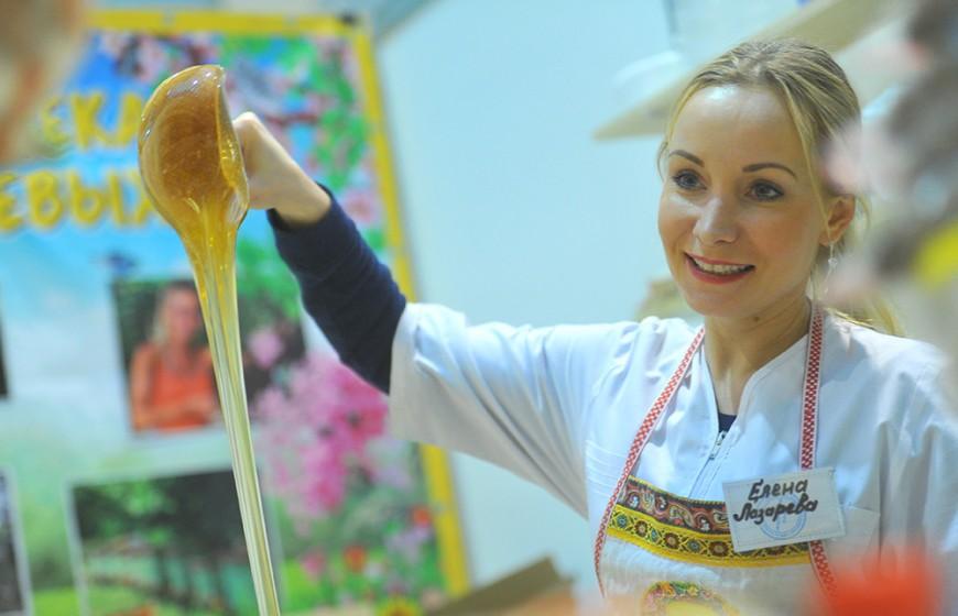 Москва. Стенд `Кочевая пасека Лазаревых` на ярмарке меда в Гостином дворе.