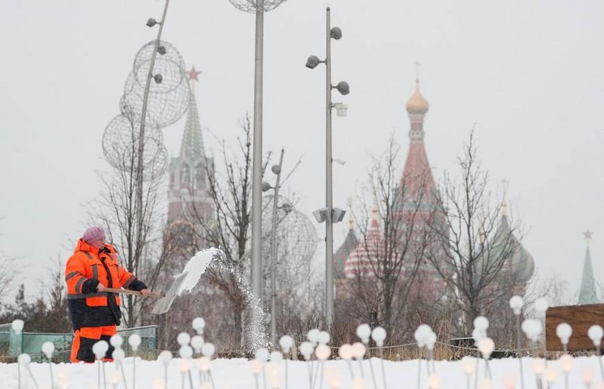 """MOSCOW, RUSSIA - JANUARY 28, 2020: A utility worker clearing snow in Zaryadye Park. Gavriil Grigorov/TASS  Ðîññèÿ. Ìîñêâà. Óáîðêà ñíåãà â ïàðêå """"Çàðÿäüå"""". Ãàâðèèë Ãðèãîðîâ/ÒÀÑÑ"""